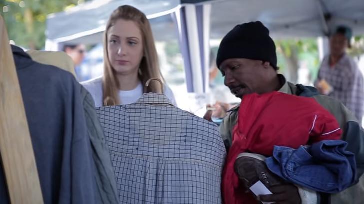 Ex-moradora de rua cria loja gratuita de roupas onde sem-teto escolhem o que querem vestir 8