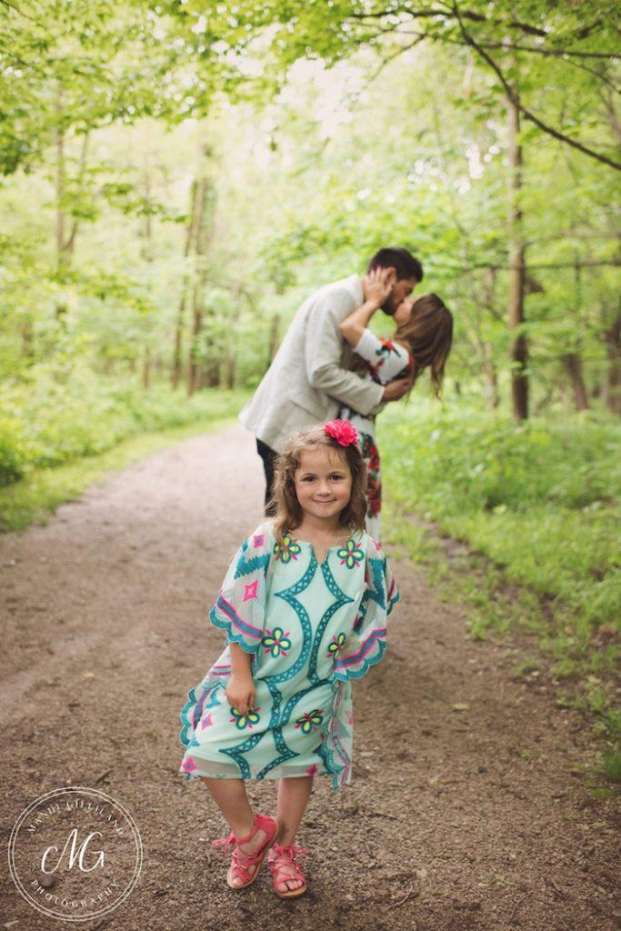 Homem surpreende mãe e filha com pedido de casamento no meio da floresta 2
