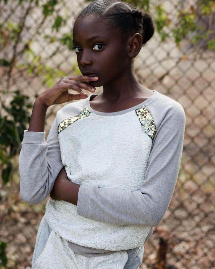 Após sofrer com racismo, menina de 10 anos cria linha de roupas para ganhar mais autoconfiança 6