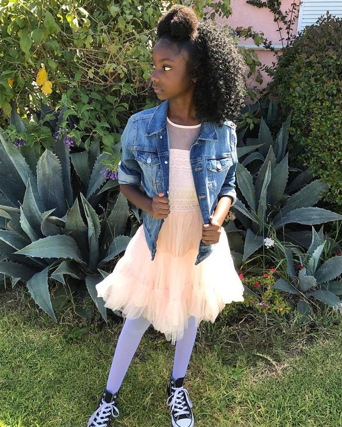 Após sofrer com racismo, menina de 10 anos cria linha de roupas para ganhar mais autoconfiança 5