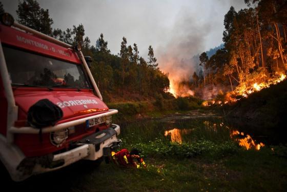 Foto de bombeiros portugueses exaustos viraliza e emociona o mundo 3