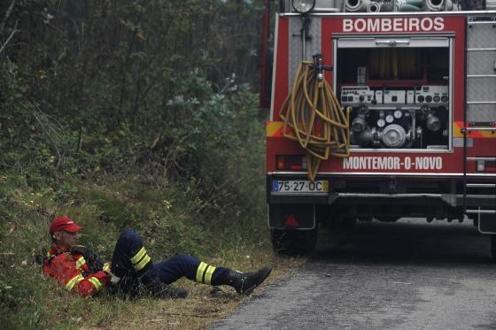 Foto de bombeiros portugueses exaustos viraliza e emociona o mundo 5