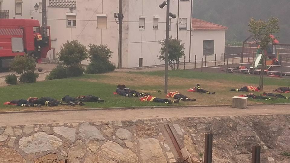 Foto de bombeiros portugueses exaustos viraliza e emociona o mundo 4