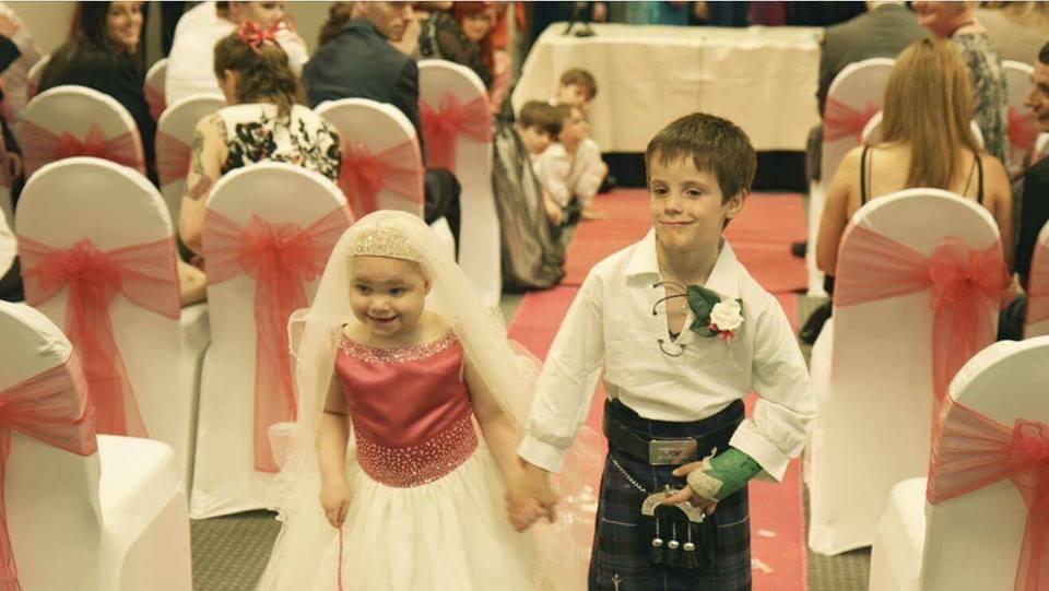 Menina diagnosticada com câncer terminal realiza sonho de se 'casar' com melhor amigo 1