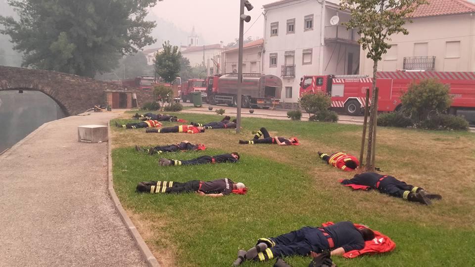 Foto de bombeiros portugueses exaustos viraliza e emociona o mundo 1