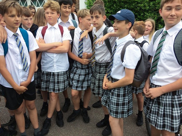 Para não sofrerem com o calor, meninos de escola britânica vão de saia para o colégio! 1