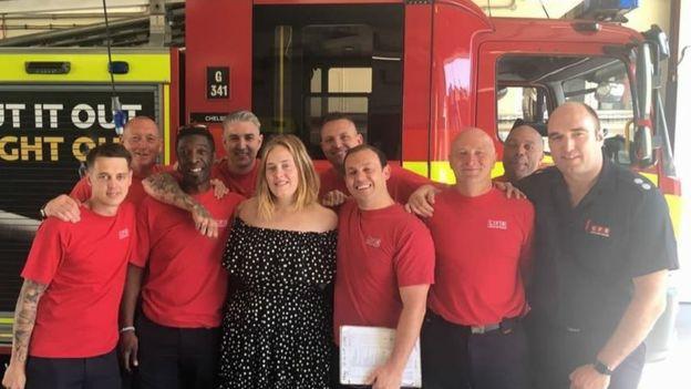 Adele leva chá e bolo para agradecer bombeiros que trabalharam em incêndio de Londres 3
