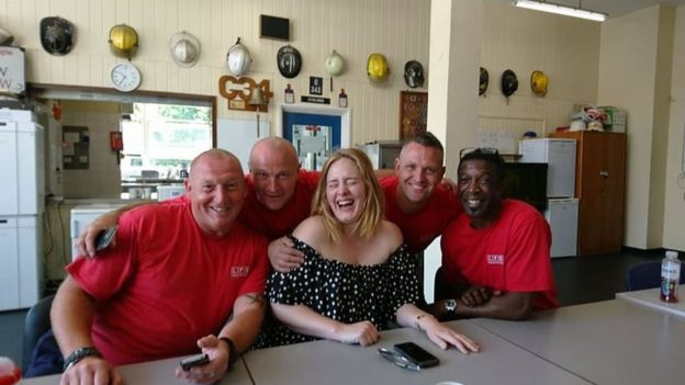 Adele leva chá e bolo para agradecer bombeiros que trabalharam em incêndio de Londres 4