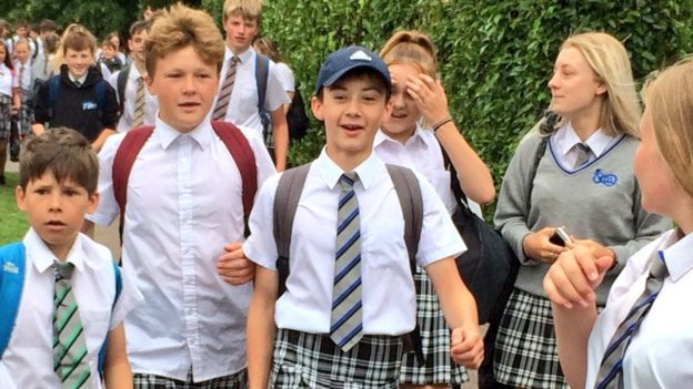 Para não sofrerem com o calor, meninos de escola britânica vão de saia para o colégio! 4