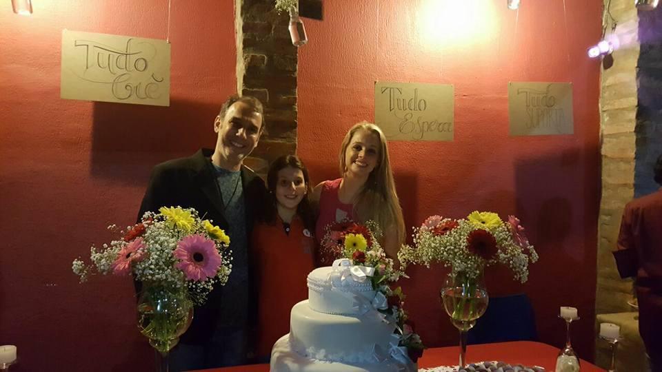 Amigos fazem casamento surpresa para casal com direito a certidão de 'ajuntamento' 9
