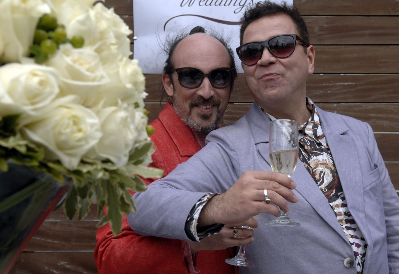 Lindas fotografias de casamentos de casais LGBT em diferentes culturas 16