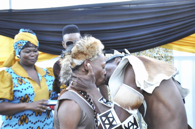 Lindas fotografias de casamentos de casais LGBT em diferentes culturas 6
