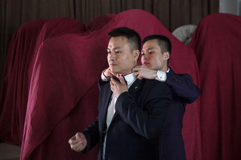 Lindas fotografias de casamentos de casais LGBT em diferentes culturas 13