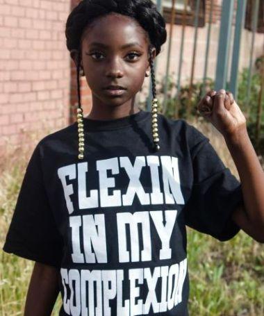Após sofrer com racismo, menina de 10 anos cria linha de roupas para ganhar mais autoconfiança 3