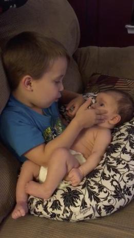 """Vídeo de garotinho cantando """"You are so beautiful"""" para irmãzinha bebê encanta a internet 2"""