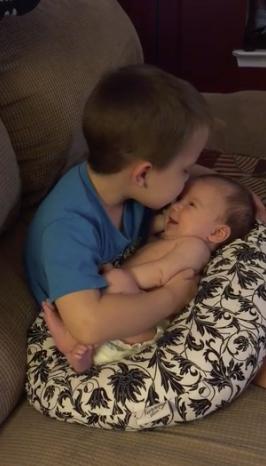 """Vídeo de garotinho cantando """"You are so beautiful"""" para irmãzinha bebê encanta a internet 5"""