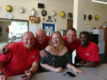 Adele leva chá e bolo para agradecer bombeiros que trabalharam em incêndio de Londres 10