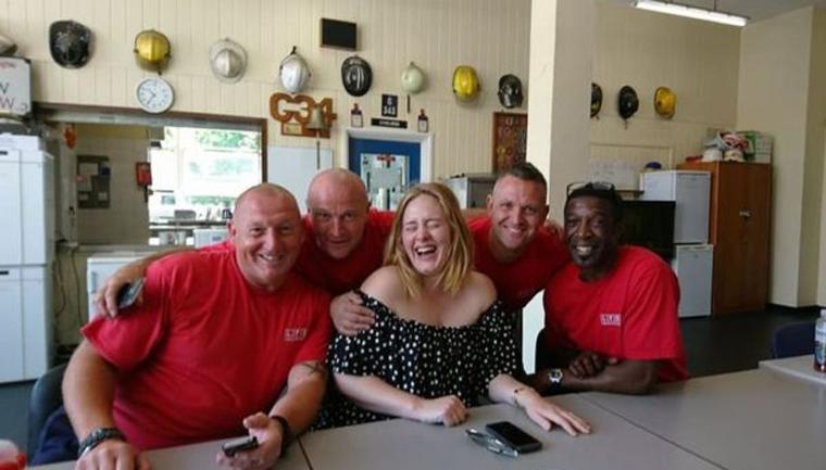 Adele leva chá e bolo para agradecer bombeiros que trabalharam em incêndio de Londres 1