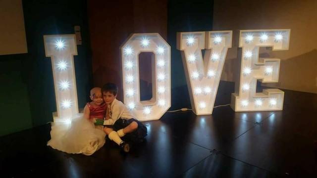 Menina diagnosticada com câncer terminal realiza sonho de se 'casar' com melhor amigo 3