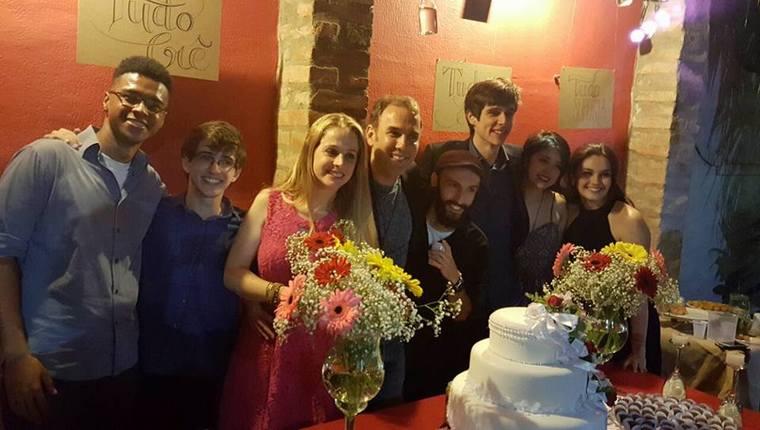 Amigos fazem casamento surpresa para casal com direito a certidão de 'ajuntamento' 1