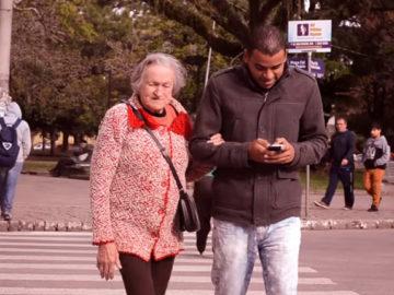 Para alertar sobre o perigo da desatenção causada pelo celular, mulher de 82 anos ajuda pedestres a atravessar a rua 7