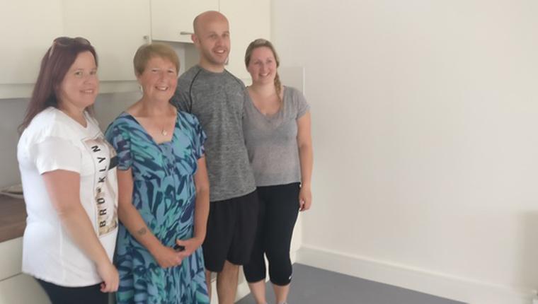 Mulher troca sua casa de quatro quartos por um apartamento pequeno para que uma família maior possa morar lá 3