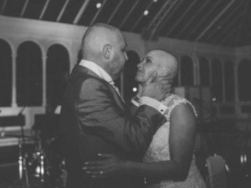 Ela raspou o cabelo no próprio casamento em solidariedade ao noivo com câncer 7