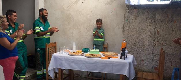 Menino de 5 anos sonha em ser gari e ganha uma festa surpresa maravilhosa 2