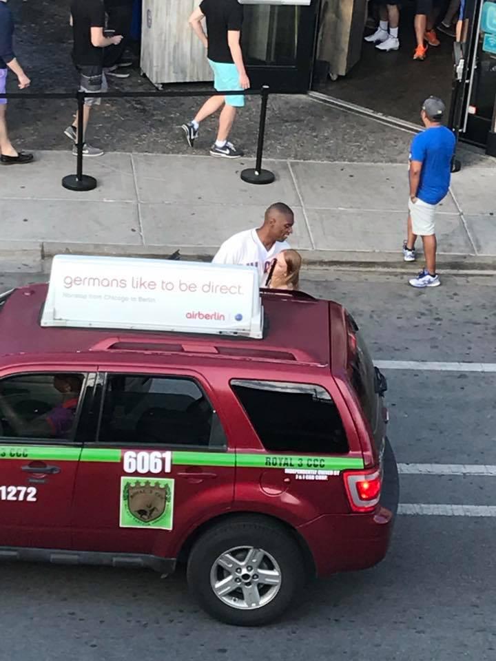 Mulher ajuda homem cego a pegar um taxi e viraliza na internet 3