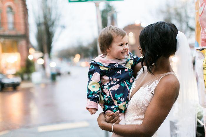 As fotos de uma menina de dois anos que pensou que uma noiva era a princesa do seu livro irão alegrar seu dia 1