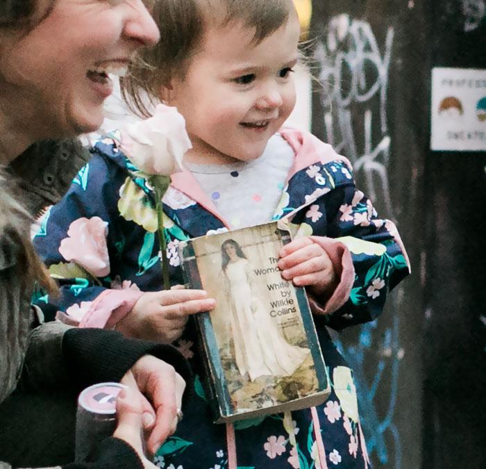 As fotos de uma menina de dois anos que pensou que uma noiva era a princesa do seu livro irão alegrar seu dia 2