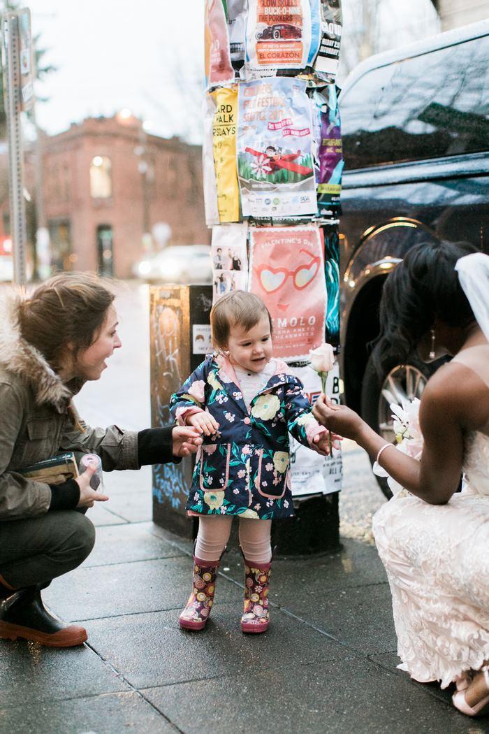 As fotos de uma menina de dois anos que pensou que uma noiva era a princesa do seu livro irão alegrar seu dia 3