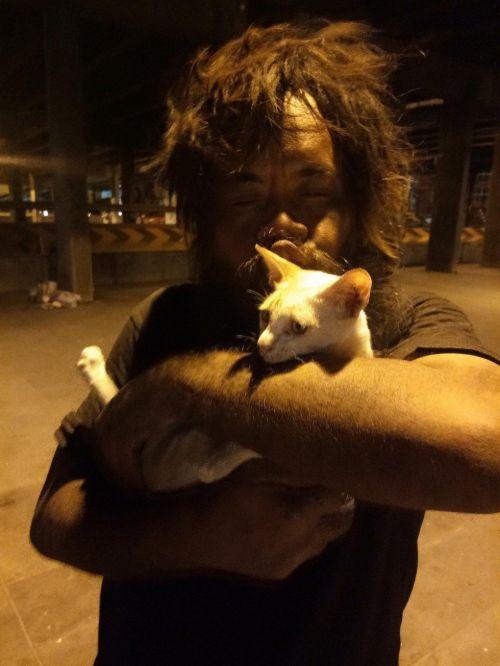 Morador de rua na Tailândia vende limões para poder dar comida para os seus gatinhos 2