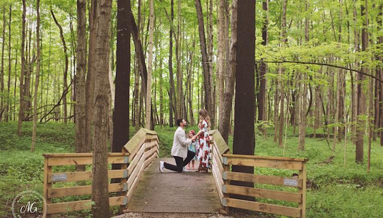Homem surpreende mãe e filha com pedido de casamento no meio da floresta 1