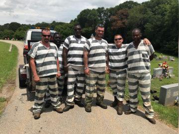 Estes presos poderiam fugir, mas salvaram guarda que desmaiou durante o trabalho 7