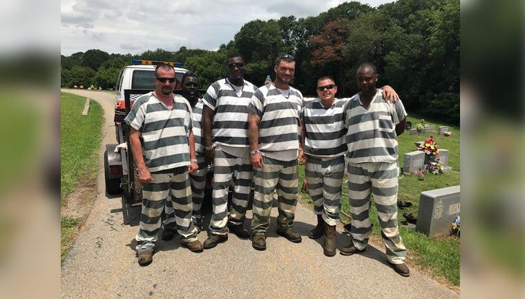 Estes presos poderiam fugir, mas salvaram guarda que desmaiou durante o trabalho 1