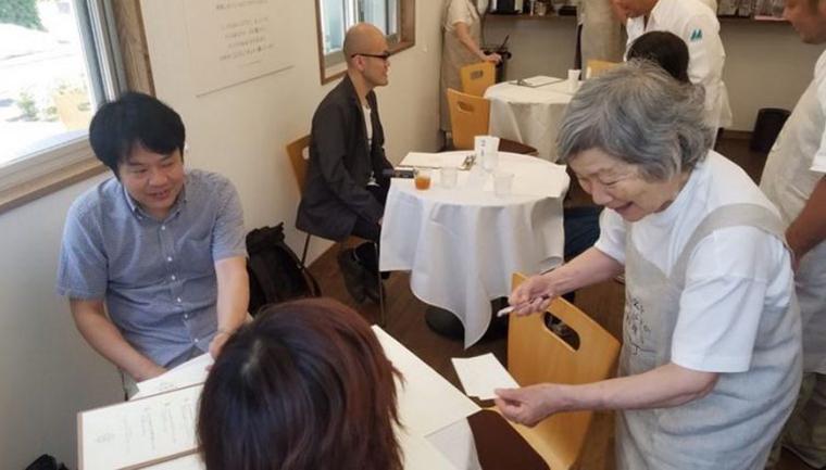 Restaurante emprega só pessoas com demência e Alzheimer por uma causa nobre 1