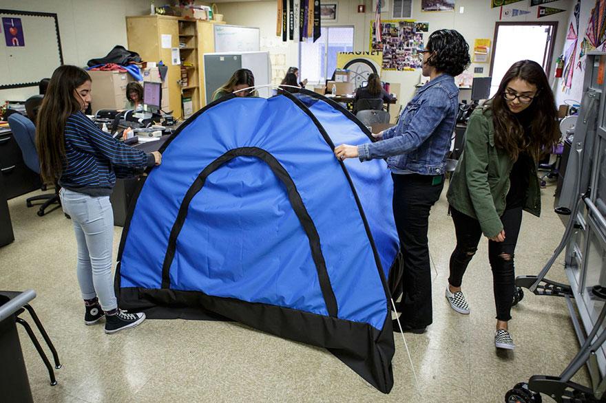 Jovens de baixa renda criam barraca-mochila para moradores em situação de rua 6