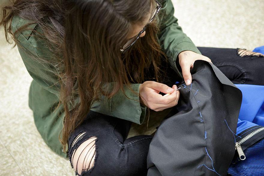 Jovens de baixa renda criam barraca-mochila para moradores em situação de rua 7