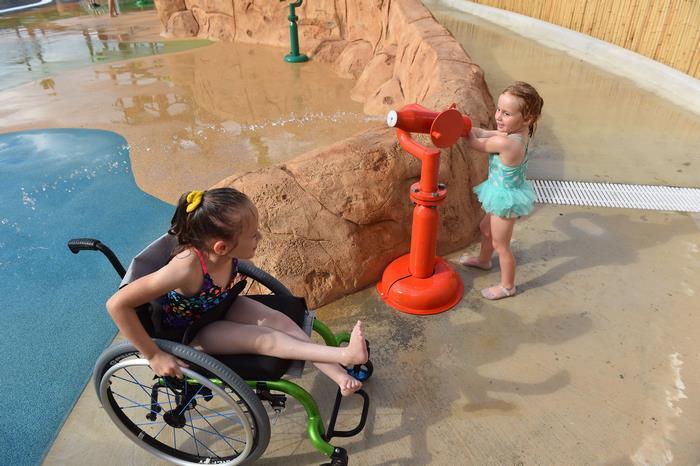 Primeiro parque aquático para deficientes tem cadeiras de rodas impermeáveis e entrada gratuita 3