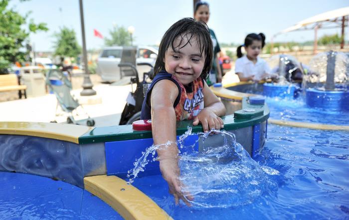Primeiro parque aquático para deficientes tem cadeiras de rodas impermeáveis e entrada gratuita 9