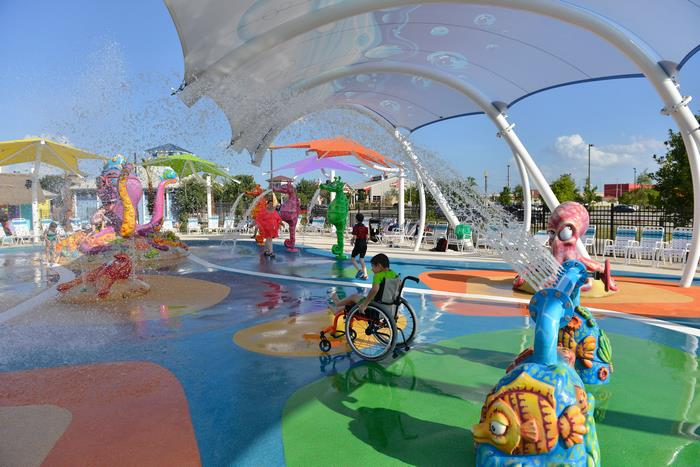 Primeiro parque aquático para deficientes tem cadeiras de rodas impermeáveis e entrada gratuita 4