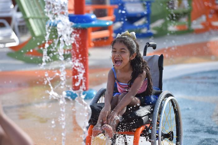 Primeiro parque aquático para deficientes tem cadeiras de rodas impermeáveis e entrada gratuita 5