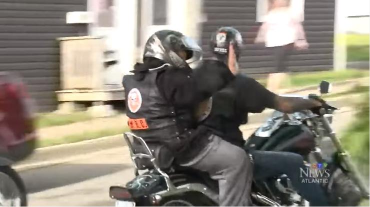 Menino de 10 anos que sofre bullying é escoltado por motociclistas até a escola 3