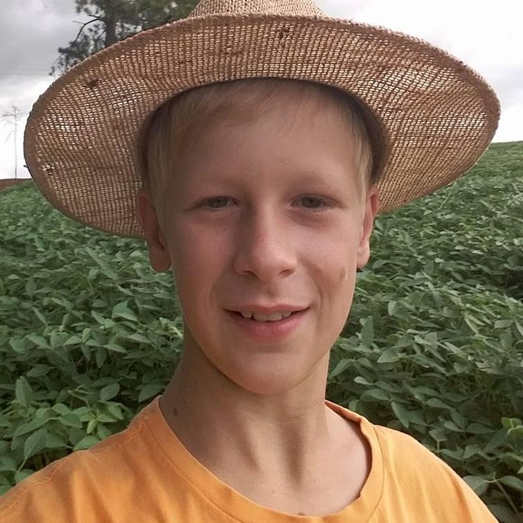 Aos 12 anos, paranaense adora trabalhar na roça e compartilha seu dia a dia no Youtube 3