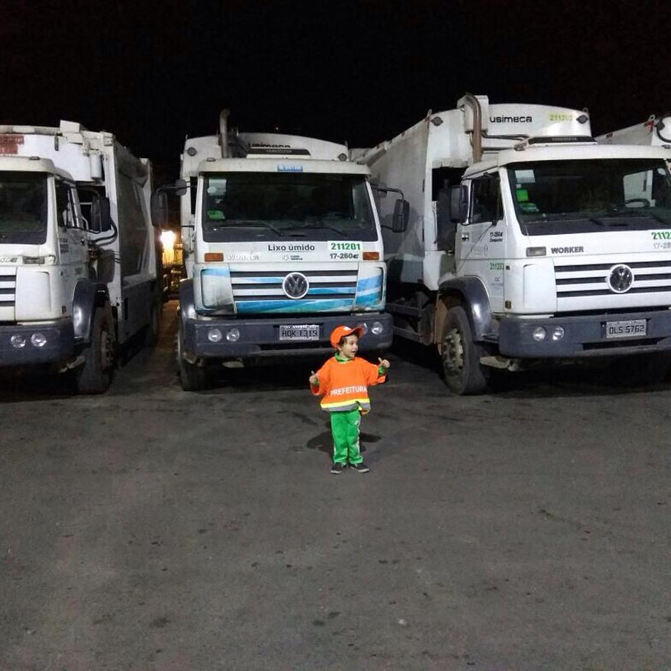 Menino tem dia dos sonhos com seus amigos coletores de lixo 2