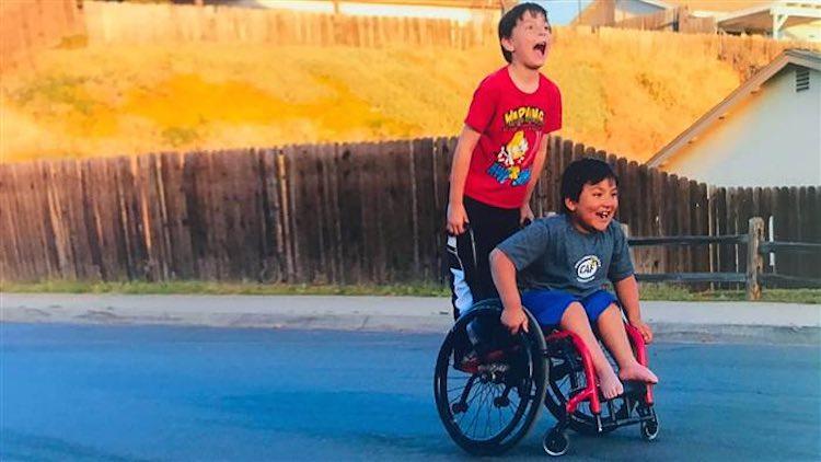 Menino ajuda a comprar cadeira de rodas nova para o melhor amigo 1