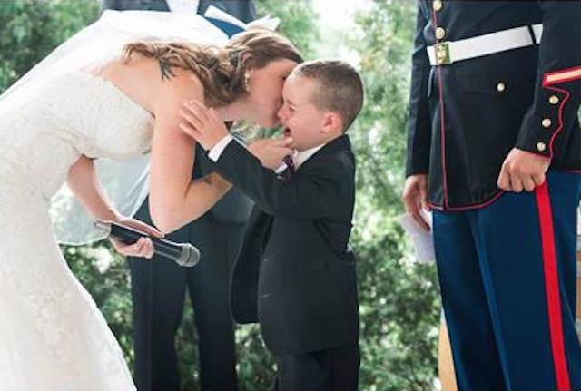 Menino não segura a emoção quando ouve da madrasta uma mensagem especial durante os votos de casamento 4