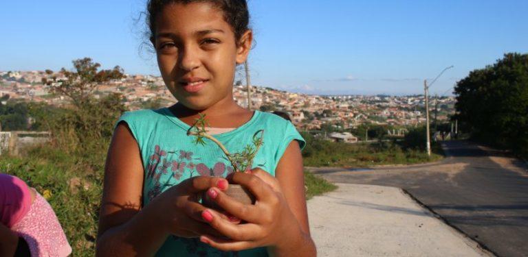 Explorando o bairro, crianças e adolescentes aprendem sobre botânica e preservação ambiental 1