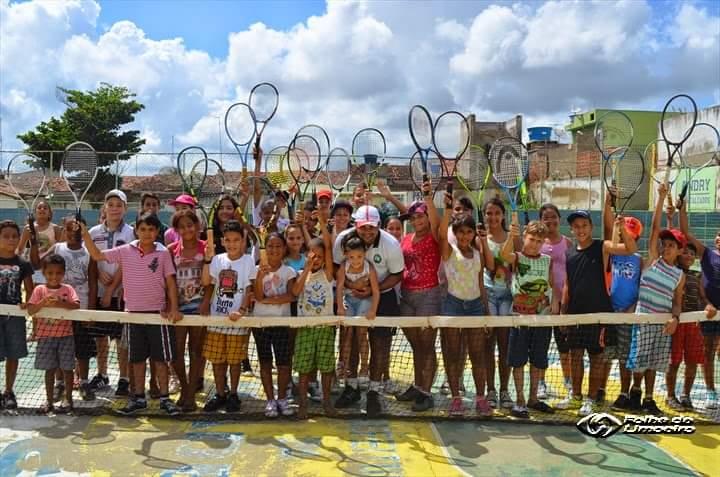 Homem coloca casa à venda para continuar a dar aulas de tênis a crianças carentes em PE 3